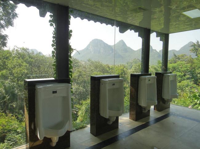 Vừa giải quyết nỗi buồn vừa ngắm cảnh thiên nhiên ở Trung Quốc.