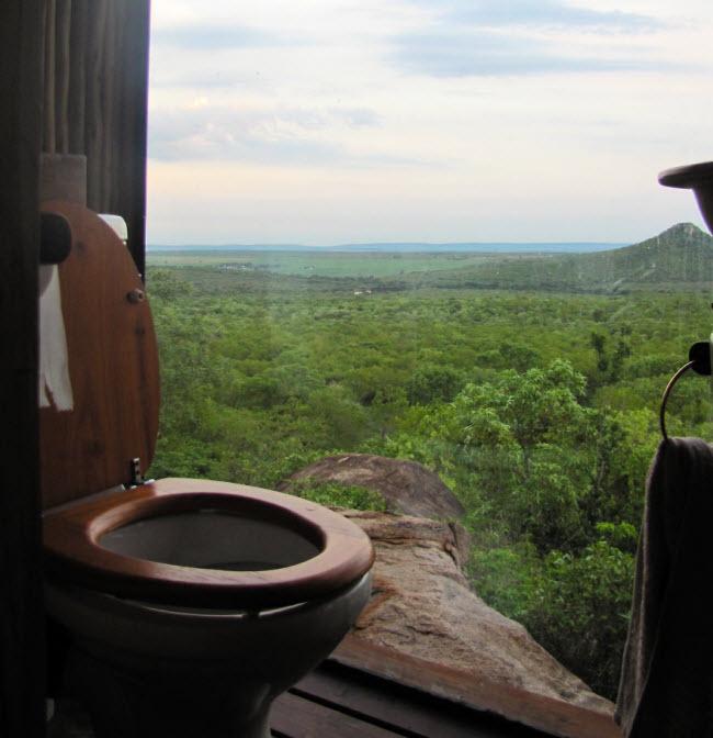 Phong cách của nhà vệ sinh rất hợp với khung cảnh xung quanh tại một khu bảo tồn thiên nhiên ở Nam Phi.