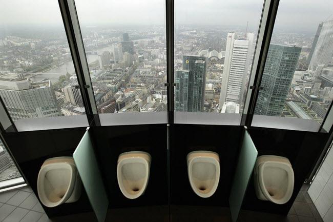 Nhà vệ sinh trên tháp Commerzbank ở Frankfurt, Đức.