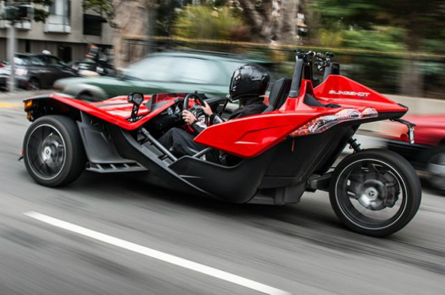 1. Polaris Slingshot: Cespedes khá thích mẫu xe ba bánh màu đen đỏ này. Slingshot trang bị động cơ GM phát triển, có thể đạt tốc độ tối đa 130 dặm/h (209 km/h), không có kính chắn gió hay cửa bên. Xe có giá khoảng 70.000 USD.