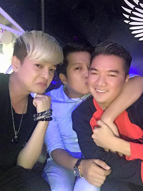 """Facebook sao 5/3: Mr Đàm """"thân mật"""" bên Trường Giang - 1"""