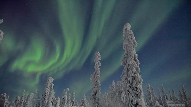 Stephen Alvarez là một nhiếp ảnh gia của National Geographic với hơn 20 năm kinh nghiệm, đã đi vòng quanh thế giới để ghi lại những hình ảnh về bảy kỳ quan thiên nhiên thế giới chỉ bằng ống kính của những chiếc điện thoại Lumia. Anh vừa chia sẻ trên blog của mình những bức ảnh mới nhất về Bắc Cực Quang (Aurora Borealis). Chiếc điện thoại Lumia 950 đã được dùng để nắm bắt hiện tượng ánh sáng huyền diệu ở vùng đất Bắc Phần Lan này.