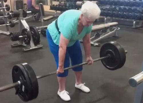 Cụ bà 78 tuổi nâng tổng 300kg dễ như ăn kẹo - 1