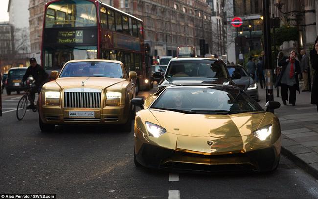 Dàn siêu xe và xe siêu sang mạ vàng trị giá hơn 1 triệu bảng Anh được một vị đại gia Ả Rập mang sang London trong chuyến du lịch.