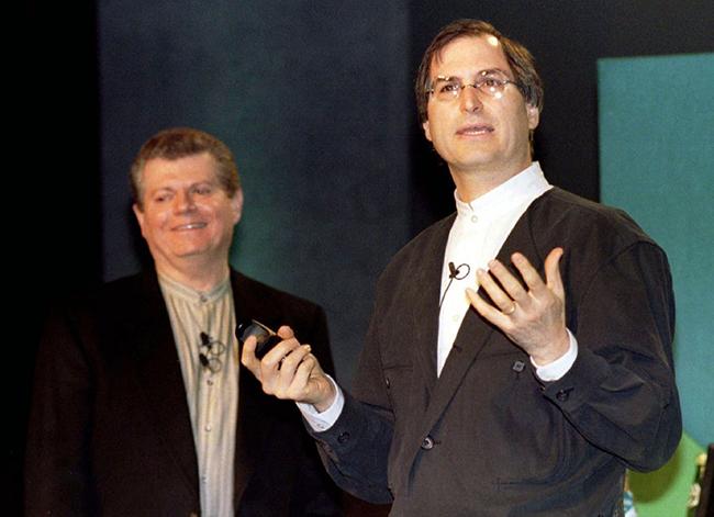 Sau 11 nămsa thảiSteve Jobs, tớicuối năm 1996, Apple đã tìm cách đưa cựu CEO nàytrở lại bằng cách mua công ty NeXT với giá 429 triệu USD. NeXT là công ty do Steve Jobs lập ra sau khi rời khỏi Apple.