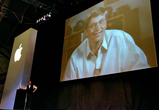 """Vào đầu năm 1998, tại triển lãm Macworld Expo diễn ra ở San Francisco (Mỹ), Jobs kết thúc bài phát biểu của mình với thông báo """"One More Thing"""" - câu nói gắn liền với tên tuổi của ông cho tới tận ngày nay. Tại sự kiện, ông cũng công bố nhận sự hỗ trợ của các đối tác như Microsoft."""