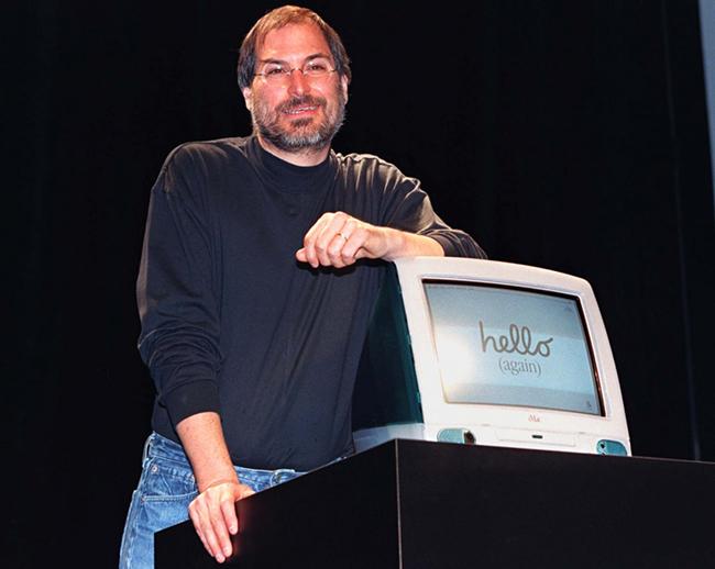 Tháng 8.1998, Apple đã trình làngiMac -máy tính tất cả - trong - mộthiếm hoi lúc bấy giờ. iMac là sự hợp tác giữa Jobs và tài năng mớiJonathan Ive.