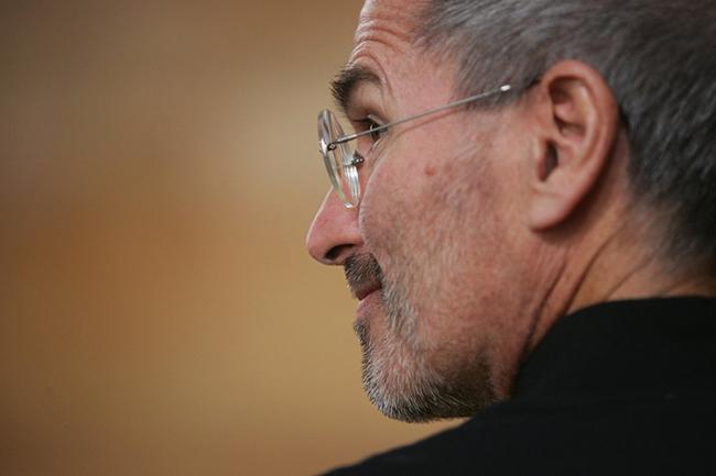 Nhưng trong năm 2003, Jobs nhận được thông tin ông bị ung thư tuyến tụy trong lúc Apple đang đi lên. Ông bí mật giữ điều này cho đến khi chia sẻ tin tức với các nhân viên vào năm 2004.