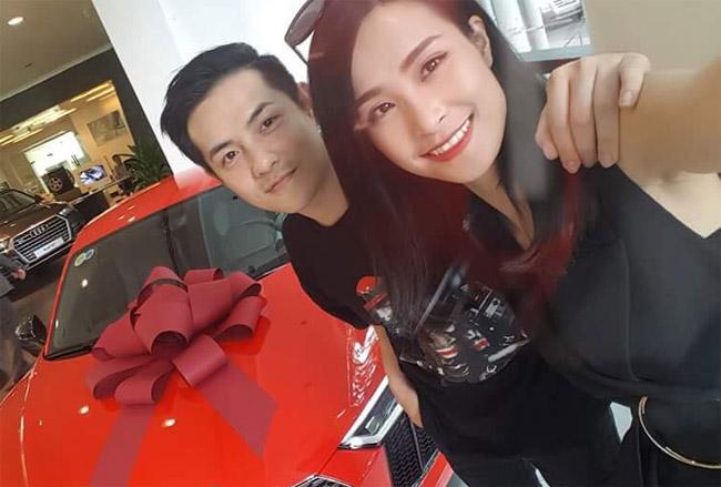 Sau 8 năm hẹn hò, Ông Cao Thắng và Đông Nhi đã trở thành một trong những cặp đôi đẹp nhất showbiz Việt. Cả hai không chỉ khiến khán giả ngưỡng mộ vì tình cảm mặn nồng dành cho nhau, mà ngay cả từng cử chỉ, quan tâm của cựu thành viên Weboys dành cho bạn gái cũng khiến không ít người ghen tị. Mới đây, trên trang cá nhân, Đông Nhi cũng vừa khoe hình ảnh chiếc xế sang màcô và bạn trai vừa tậu và xài làm của chung.