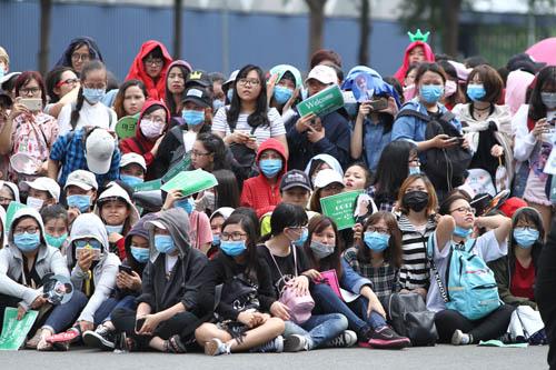 Fan Việt đội nắng gắt chờ gặp nhóm trai đẹp xứ Hàn - 1