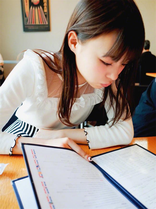Dù bận rộn với công việc thu âm các ca khúc mới song Rena vẫn dành thời gian cho việc học.