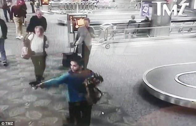 Video lính dự bị rút súng bắn chết 5 người ở sân bay Mỹ - 1