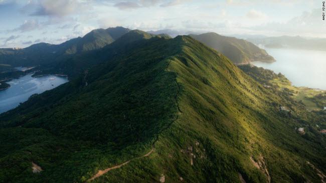 Dãy núi Lưng Rồng trông giống như xương sống của một con rồng đang nằm ngủ dưới mặt đất trong công viên Shek O. Đây được coi là một trong những địa điểm đi bộ đường trường đẹp nhất Hồng Kông.