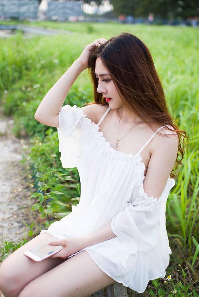 Nhưng khi trở lại với cuộc sống thường ngày, cô lại chọn cho mình style nhẹ nhàng, nữ tính.