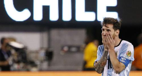 Top 10 bi kịch bóng đá 2016: Gọi tên Messi, Arsenal, tai nạn ở Colombia - 1