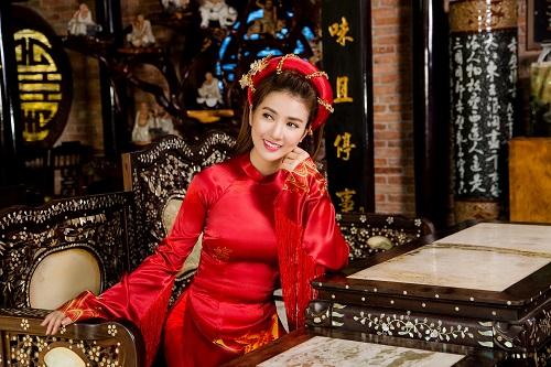 Bức ảnh hot girl Linh Napie gợi cảm trong bộ áo dài truyền thống. hình ảnh 24h