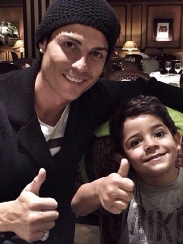 Ronaldo và quý tử: Cặp bố con sang chảnh bậc nhất làng túc cầu - 1