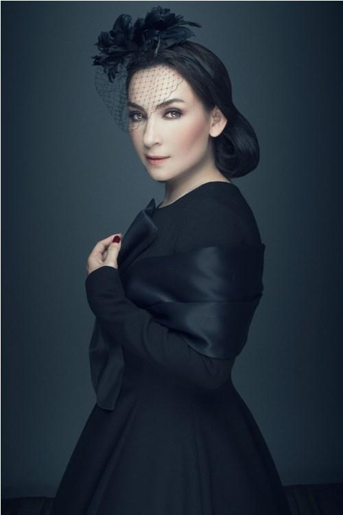 ''Nữ hoàng băng đĩa'' Phi Nhung khác lạ với ren đen huyền bí - 1