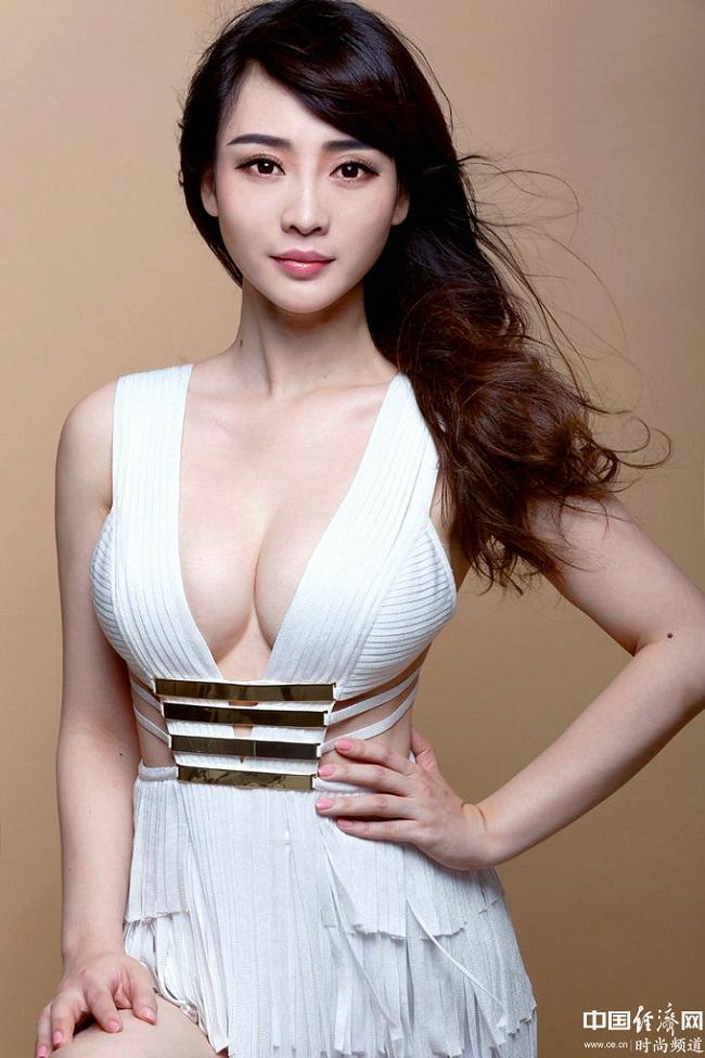 """1. Liễu Nham (sinh năm 1980)được mệnh danh là """"siêu vòng 1"""" của làng giải trí Hoa ngữ."""