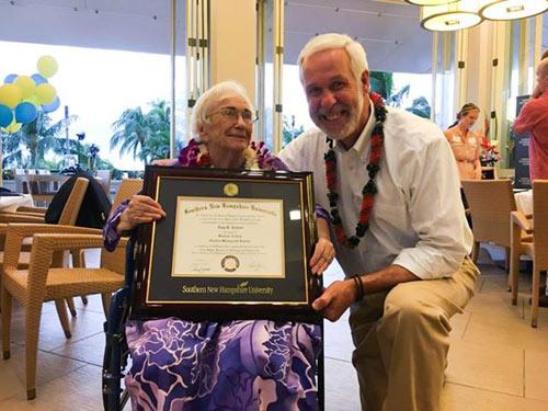 Bà cụ 94 tuổi ngồi xe lăn, tốt nghiệp đại học với số điểm tuyệt đối - 1