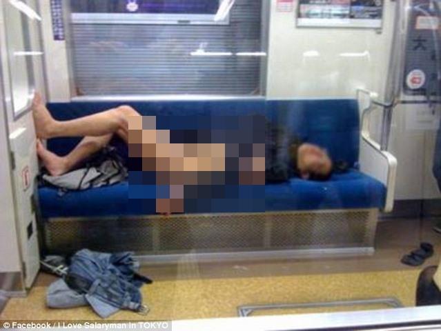 Thanh niên Nhật say xỉn cởi quần nằm ngủ trên tàu điện - 1