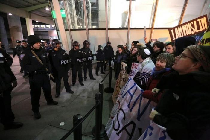 Toà án Mỹ tạm dừng một phần lệnh cấm nhập cư của Trump - 1