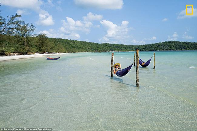 Bãi biển Lazytrên đảo Koh Rong (Campuchia) nổi tiếngvới những túp lều cọ ven biển, mặt nước trong suốt tựa pha lê và bãi cát trắng mịn mềm như dải lụa nằm bên Vịnh Thái Lan.