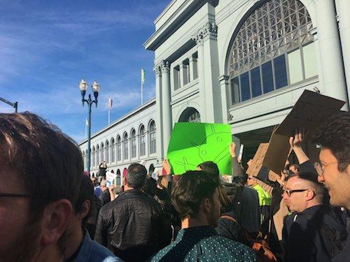 2.000 nhân viên Google xuống đường phản đối lệnh cấm nhập cư mới - 1