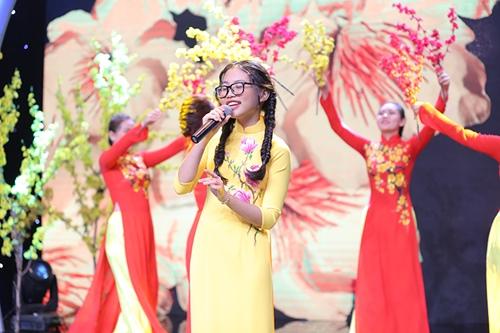 """Sang tuổi 14, Phương Mỹ Chi dịu dàng hát """"Gái xuân"""" - 1"""