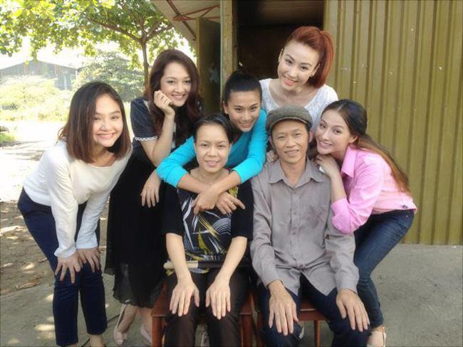 """Nhà có 5 nàng tiênlà bộ phim hài nổi đình đám vào năm 2013. Trong phim, Ngân Khánh để lại ấn tượng với vai trò là một trong 5 """"nàng tiên"""" xinh đẹp của vợ chồng Hoài Linh – Việt Hương."""