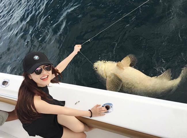 """Sau khi chinh phục đại dương với chiến lợi phẩmlà những chú cá khá to mà ở Việt Nam nữ ca sĩ chẳng mấy khi có cơ hội sờ tận tay.Bảo Anhđã lưu giữ lại những khoảnh khắc này bằng những bức ảnh và quyết định thả lại các """"chiến tích"""" của mình về với đại dương."""