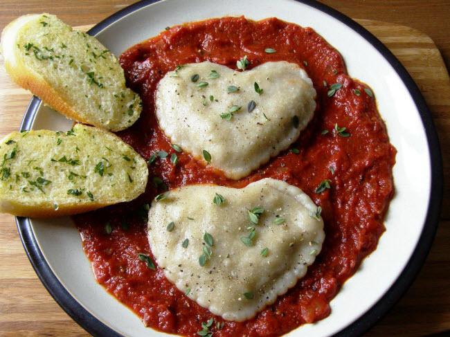 Bánh bao hình trái tim ăn kèm với súp atisô, nấm và hạt thông.