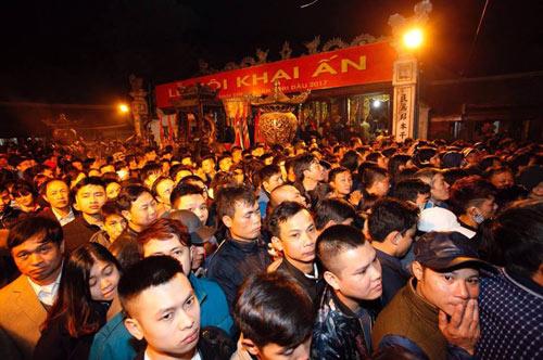 Ngàn người xếp hàng thông đêm xin ấn đền Trần - 1