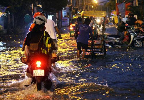 Người Sài Gòn cúng giải hạn trong... nước ngập - 1