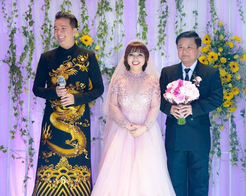 Mr Đàm xuất hiện cùng mẹ trong lễ cưới của em gái - 1