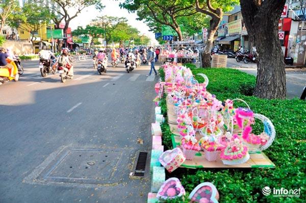"""TP.HCM: Hoa mắt quà tặng Valentine trên """"con đường tình yêu"""" - 1"""