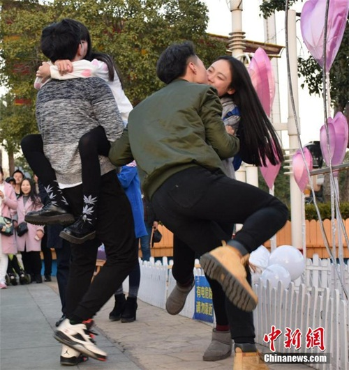 Nóng bỏng cuộc thi hôn của giới trẻ Trung Quốc - 1