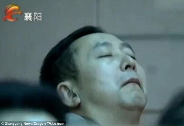 TQ: 6 cán bộ ngủ gật giữa cuộc họp bàn cách bớt lười - 1