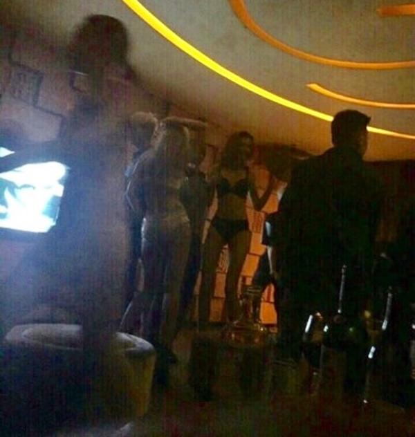 """Big Bang """"thác loạn"""" với vũ nữ nội y trong bar? - 1"""