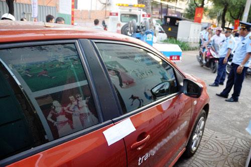 Niêm phong, cẩu ô tô chiếm vỉa hè ở trung tâm Sài Gòn - 1
