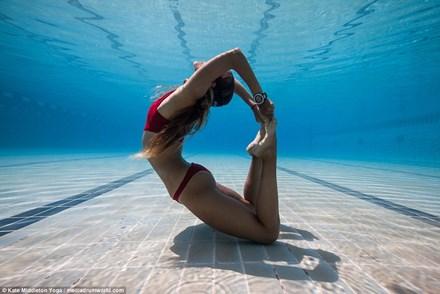 Cô gái nín thở 6,5 phút tập yoga dưới biển gây choáng - 1