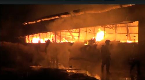 Khói lửa bao trùm xưởng mộc vùng ven Sài Gòn - 1