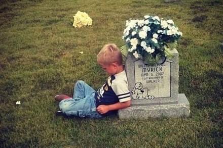 Cậu bé suốt 5 năm ngồi bên mộ kể chuyện cho em song sinh - 1