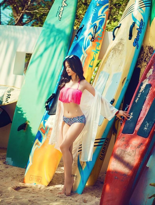 """Đông Nhi diện bikini hai mảnh cực nóng bỏng trong Mv """"Love me too""""."""