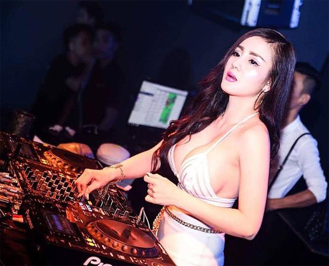 Trong giới showbiz,Ngọc MyMy được khán giả biết đến là một trong những nữ DJ, diễn viên Hà Thành có hình tượngnóng bỏng và đắt show nhất nhì hiện nay.Năm 2016, côkhiến nhiều người bất ngờ khi lấn sân sang lĩnh vực điện ảnh vớihai bộ phim Tết -Làng ế vợvàĐại gia chân đất.