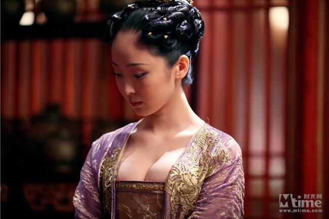 """Dù chỉ là vai phụ trong """"Hoàng Kim Giáp"""" song Lý Mạn gây ấn tượng không kém đại minh tinh Củng Lợi nhờ ngoại hình nóng bỏng."""