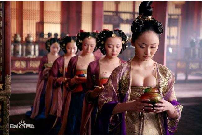 """Ngoài dàn diễn viên chính toàn sao như: Châu Nhuận Phát, Củng Lợi, Châu Kiệt Luân, Lưu Diệp… """"Hoàng Kim Giáp"""" còn hút khán giả nhờ trang phục quá đỗi gợi cảm."""