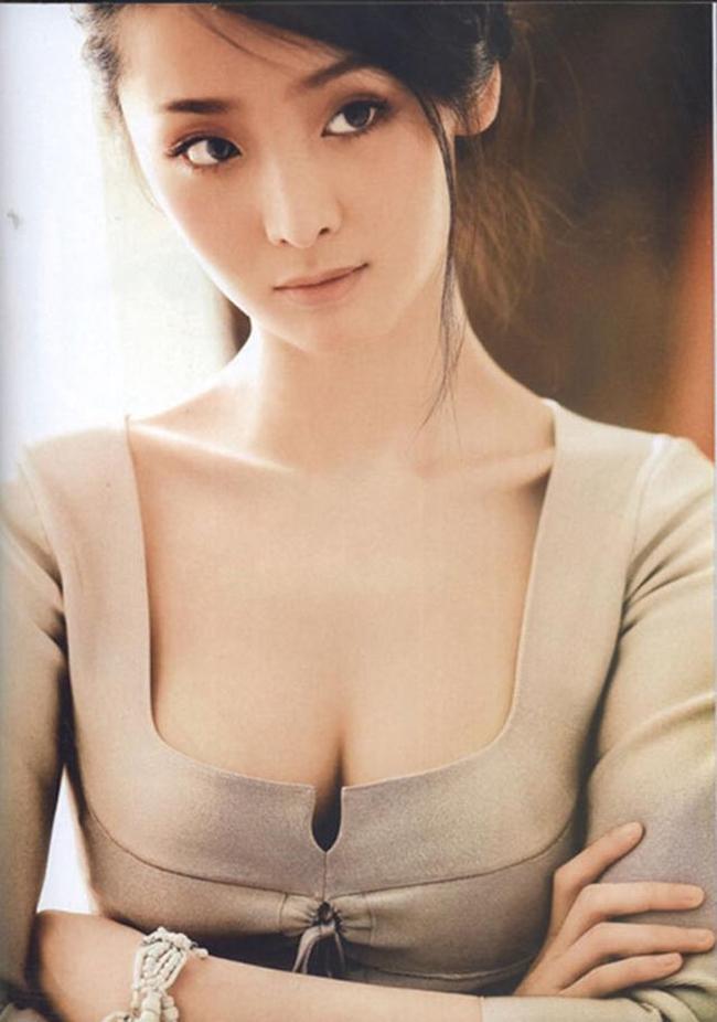 """Thành công của """"Hoàng Kim Giáp"""" giúp Lý Mạn sớm nổi tiếng. Tuy nhiên, sức nóng của nữ diễn viên 8X giảm dần theo thời gian. Hiện tại, cô vẫn tham gia đóng phim nhưng chỉ là các vai phụ và không gây được ấn tượng với khán giả."""