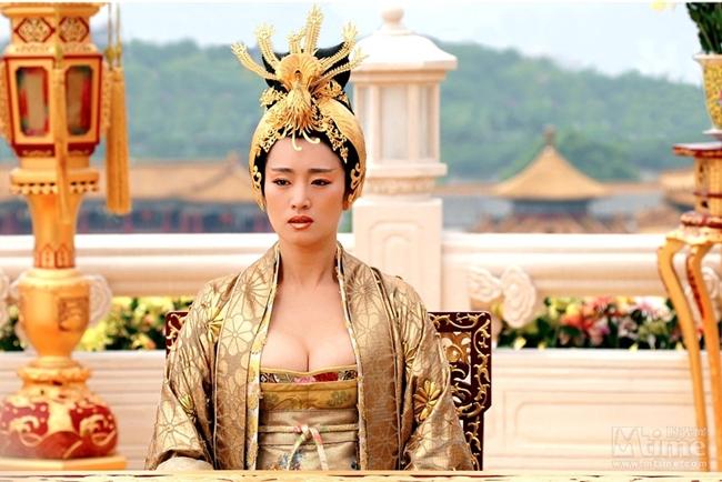 """Trong """"Hoàng Kim Giáp"""", người đẹp phim """"Cao lương đỏ"""" diễn vai Vương hậu. Để củng cố quyền lực, Vương hậu cùng vương tử Nguyên Kiệt (Châu Kiệt Luân) dấy binh nhằm lật đổ Đại vương (Châu Nhuận Phát) song không thành công."""