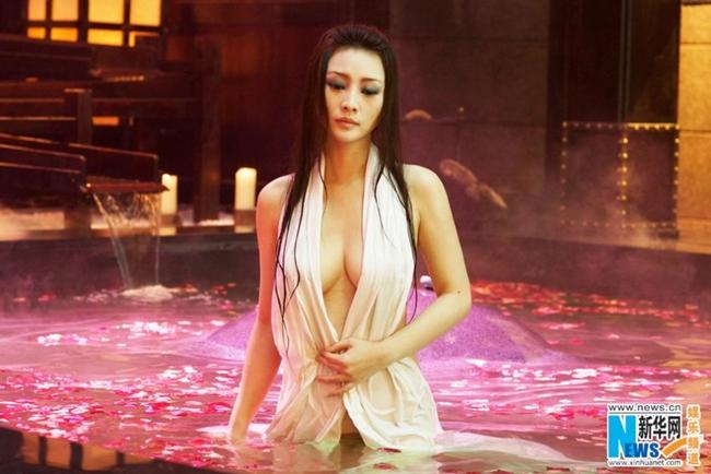 """Người đẹp chuyên đóng cảnh gợi cảm gây xôn xao với cảnh tắm trần trong """"Tứ đại danh bổ 2""""."""